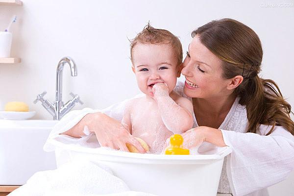 宝宝洗澡绝不能碰的部位